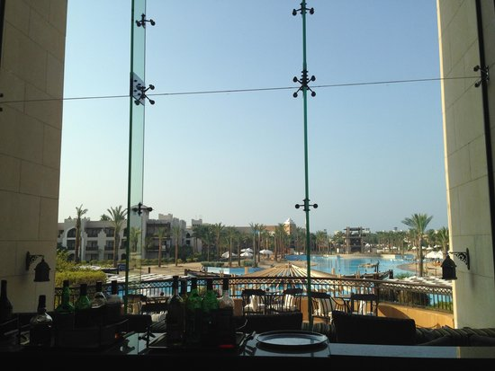 The Palace Port Ghalib : View from the bar over the enormous pool