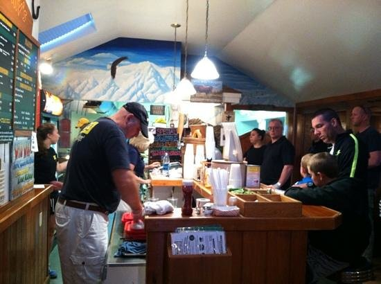 Wild Willy's Burgers: Willy and the view of kitchen and bar