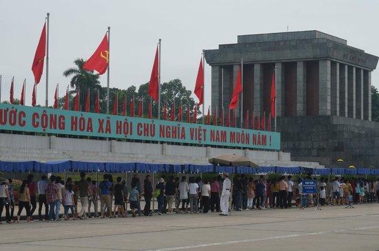 Mausolée de Hô Chi Minh : i Viet in fila ad onorare il loro padre della patria