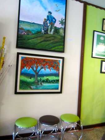 Verde Menta Cafe: Beautiful paintings on the wall.