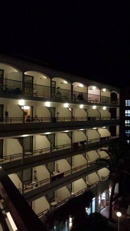 Sol de Alcudia Apartamentos: Hotel at Night