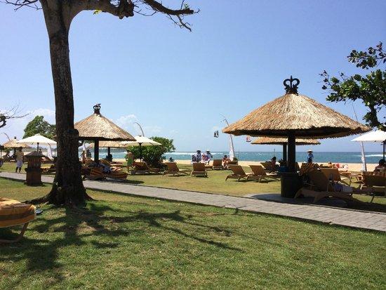 Ayodya Resort Bali: Liegen am Strand