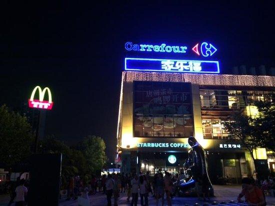 Hotel Ibis Shanghai Lianyang: ホテルの向かい(thumb plaza)