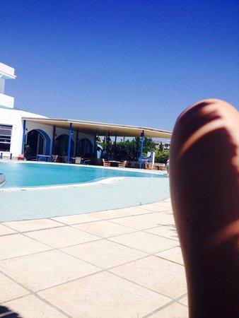 Manos Hotel: Pool und Veranda