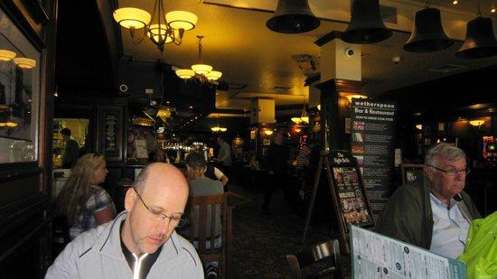 The Eight Bells JD Wetherspoon: L'interno del pub.