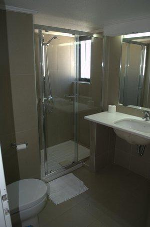 Golden Sun Hotel : Ванная комната: душ и раковина