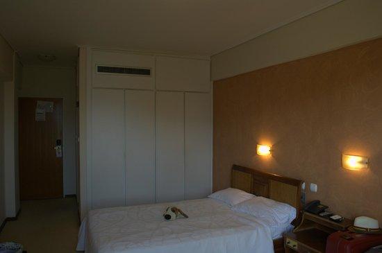 Golden Sun Hotel : Кондиционер (над шкафом)