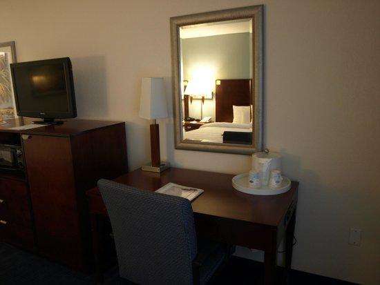 Hampton Inn Cocoa Beach/Cape Canaveral: Desk area