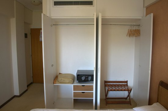 Golden Sun Hotel : Шкаф с сейфом и теплыми одеялами