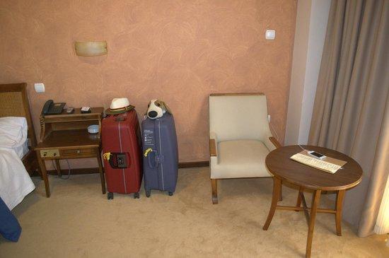 Golden Sun Hotel: Кресло и столик