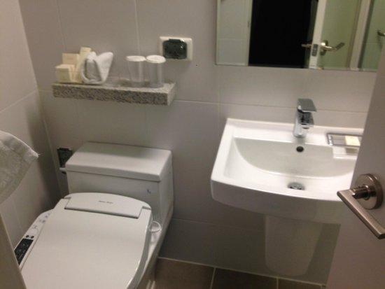 Metro Hotel: 洗面台はせまめ