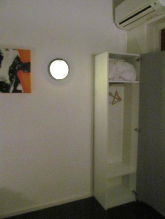 H2OTEL Rotterdam: Armadio minuscolo, anche se lo spazio ci sarebbe