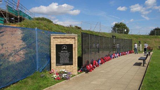 Battle of Britain Memorial: Monuments aux morts