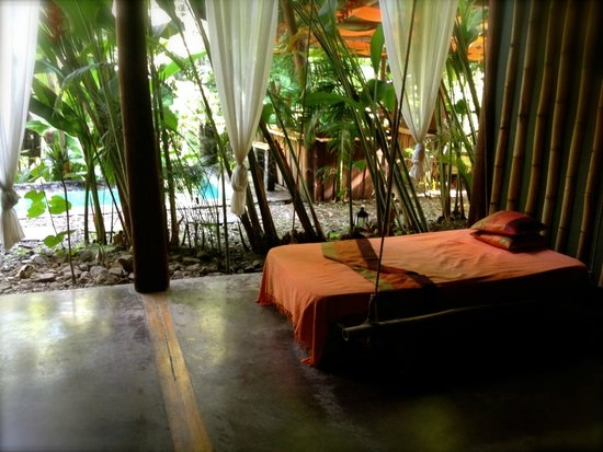 Canaima Chill House: Outside area with swinging bed