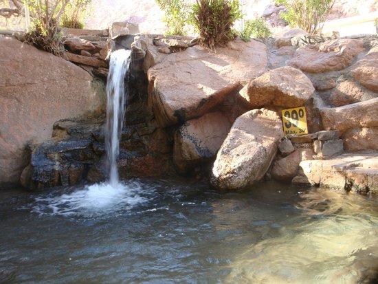 Termas de Fiambala: A diferentes niveles el agua baja de un piletón a otro.