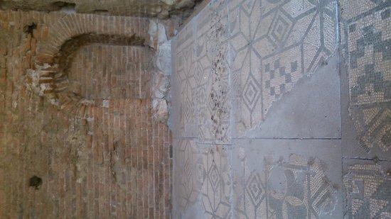 Teatro Greco: Mosaico romano lleno de excrementos de paloma