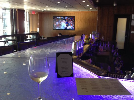 Luxe City Center Hotel: 2nd floor bar at happy hour