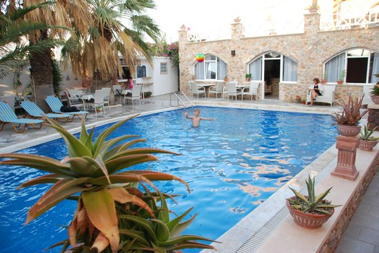 Atalos Apartments & Suites : Pool and reception