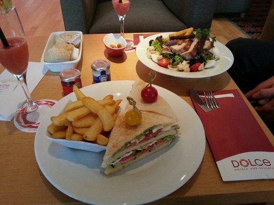 Dolce la Hulpe Brussels : Repas au bar Badiane : club sandwich (17,50) et salade césar (16,50)
