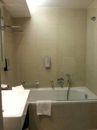 Dolce la Hulpe Brussels: Chambre Executive : salle de bain Avis personnel : il manque des échantillons de produits du SP