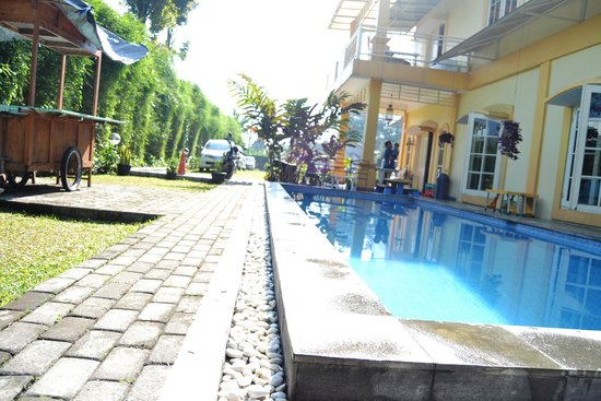 The Cibulan Suites Hotel: Hotel side entrance, pool view