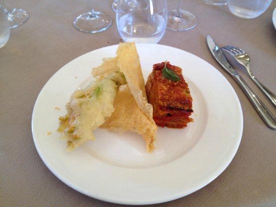 Osteria La Corte: Timballo di melanzane con fiore di zucca in cestino di parmigiano