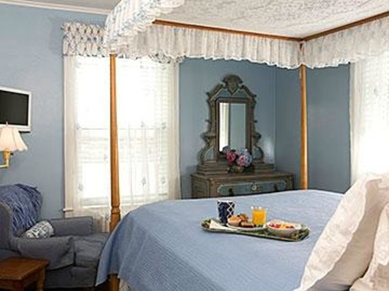 The Periwinkle B&B: Room 9 is on the second floor with private bath and a Harbor view.