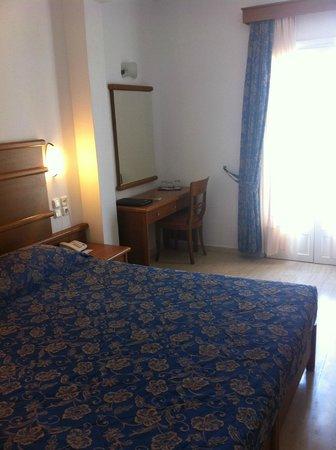 Yiannaki Hotel: Arredamento della camera da rinnovare