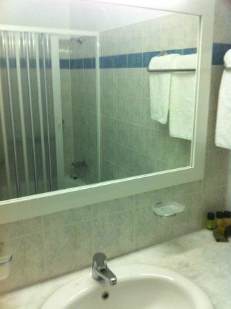 Yiannaki Hotel: Bagno dotato di vasca-doccia