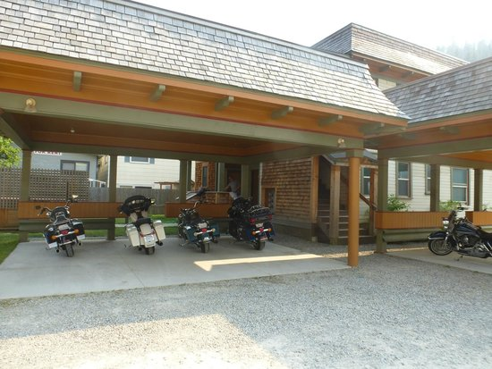 Hercules Inn: Bikes safely tucked away under cover