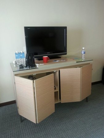 Four Points by Sheraton Sandakan : room with coffee and complimentary water