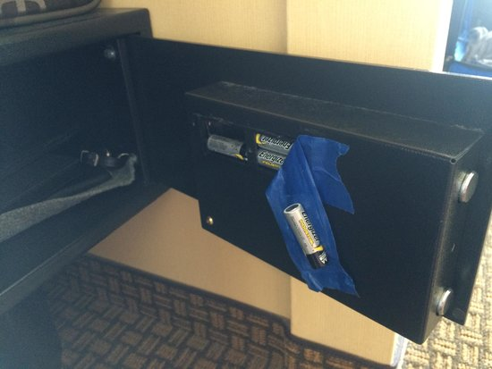 Hilton Virginia Beach Oceanfront : Looked to see why the safe wouldn't light up... The whole battery unit is also falling out...