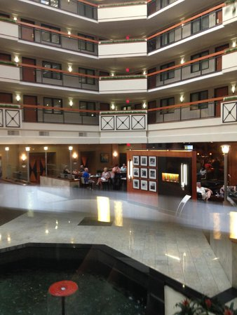 Embassy Suites by Hilton Louisville : Free snacks & cocktails in the atrium