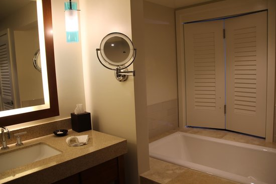 Turtle Bay Resort: bathtub with peekabo window