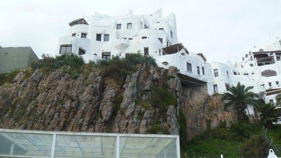 Club Hotel Casapueblo: Vista del hotel desde abajo