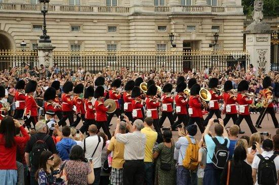 Changing of the Guard : Vista a partir do monumento em frente ao palácio.