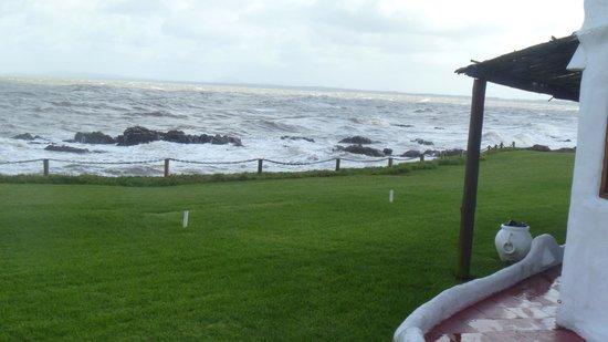 Club Hotel Casapueblo: Terraza del gimnasio y la pileta climatizada, vista al mar
