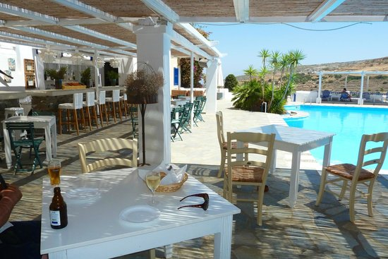 Lefkes Village Hotel : Bar area and pool