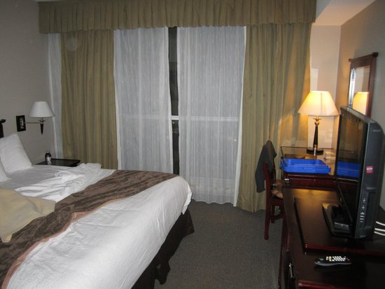 Super 8 Downtown Toronto: Room interior / King size bed
