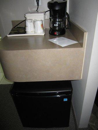 Super 8 Downtown Toronto: Mini fridge / coffee maker