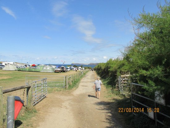 Harlyn Sands Holiday Park: walk down to beach