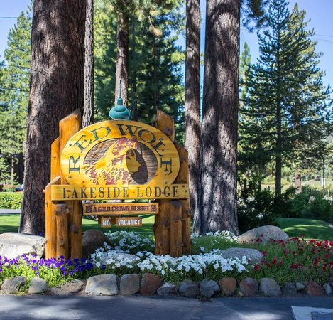 Red Wolf Lakeside Lodge: The entrance in Tahoe Vista