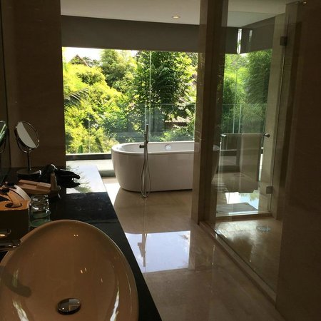 Le Meridien Bali Jimbaran: My massive bathroom...