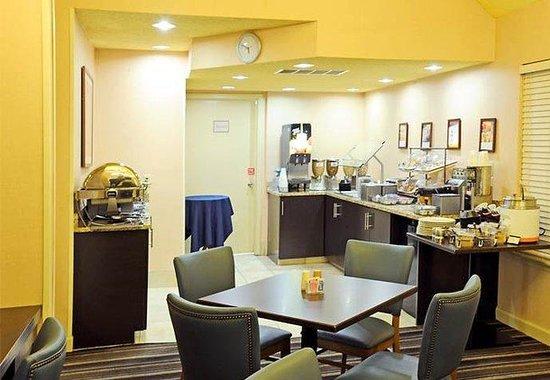 Residence Inn Detroit Troy/Madison Heights: Breakfast Buffet Dining Area