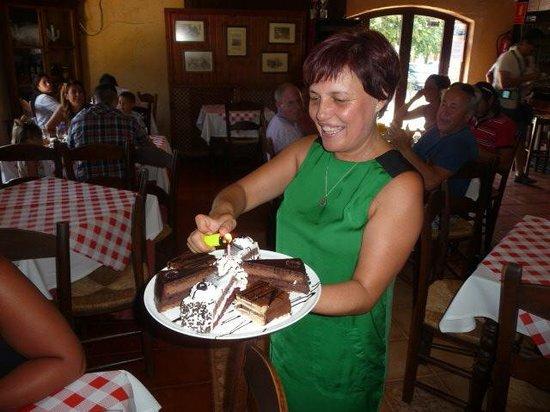 Restaurante Asador El Muelle : Gina brings candles on chocolate cake