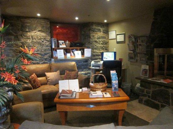 Auberge Le Pomerol: Cozy sitting area