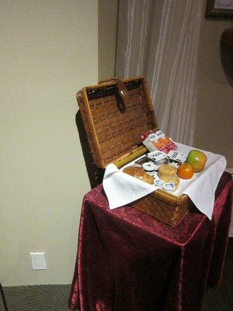 Auberge Le Pomerol: Breakfast basket sample