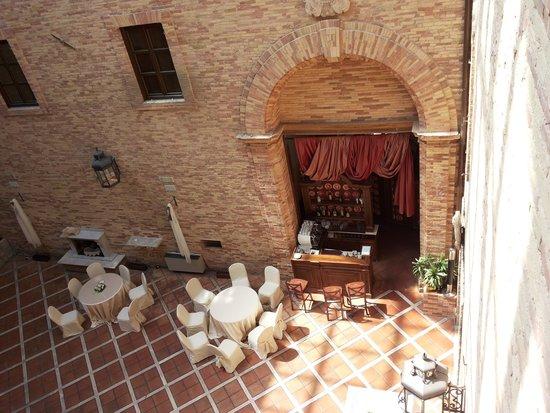 Castello Chiola Hotel: il cortile interno