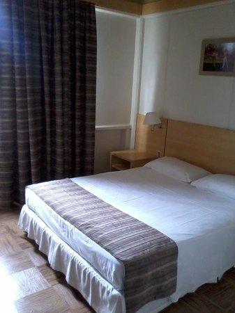 Hotel Le Canard Joinville: Bom quarto