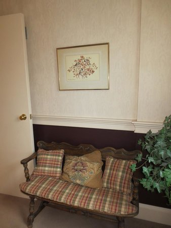 Inn at Montpelier: Beautiful Decorations and bench on landing at the top of the stairs.